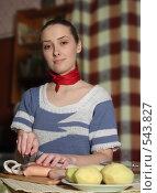 Женщина режет кальмара. Стоковое фото, фотограф Яков Филимонов / Фотобанк Лори
