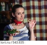 Девушка ест жареные кольца кальмара. Стоковое фото, фотограф Яков Филимонов / Фотобанк Лори