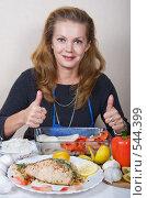 Купить «Женщина показывает жестом о пользе и вкусе  морепродуктов», фото № 544399, снято 3 ноября 2008 г. (c) Ольга Кедрова / Фотобанк Лори