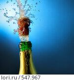 Бутылка шампанского с вылетающей пробкой и брызгами. Стоковое фото, фотограф Роман Сигаев / Фотобанк Лори