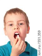 Купить «Мальчик принимает лекарство», фото № 551359, снято 22 октября 2018 г. (c) Losevsky Pavel / Фотобанк Лори