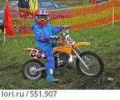 Маленький мотоциклист на соревнованиях по мотокроссу, перед стартом (2006 год). Редакционное фото, фотограф Денис Березин / Фотобанк Лори