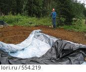 Этап строительства водоема на даче (2005 год). Редакционное фото, фотограф Anna Marklund / Фотобанк Лори