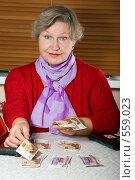 Купить «Женщина пенсионного возраста раскладывает деньги по кучкам», фото № 559023, снято 13 ноября 2008 г. (c) Ольга Кедрова / Фотобанк Лори