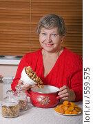 Купить «Женщина насыпает сухофрукты в кастрюлю», фото № 559575, снято 13 ноября 2008 г. (c) Ольга Кедрова / Фотобанк Лори