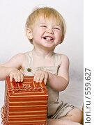 Купить «Ребенок с подарком», фото № 559627, снято 13 ноября 2008 г. (c) Лисовская Наталья / Фотобанк Лори