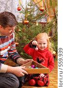 Купить «Отец и дочь  у новогодней елки», фото № 559939, снято 13 ноября 2008 г. (c) Майя Крученкова / Фотобанк Лори