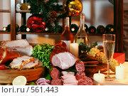 Купить «Новогодний натюрморт с вином, шампанским, фруктами и мясом на фоне полок с вином», фото № 561443, снято 5 ноября 2005 г. (c) Татьяна Белова / Фотобанк Лори