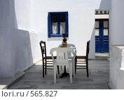 Купить «Греция, остров Санторини, двор дома», эксклюзивное фото № 565827, снято 11 августа 2008 г. (c) Яна Королёва / Фотобанк Лори