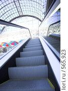 Купить «Эскалатор в торговом центре, Москва», фото № 565923, снято 7 июля 2008 г. (c) Бабенко Денис Юрьевич / Фотобанк Лори