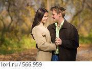 Купить «Влюбленные юноша и девушка в парке», фото № 566959, снято 4 октября 2008 г. (c) Вадим Пономаренко / Фотобанк Лори