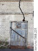 Купить «Трещина в кирпичной стене», фото № 568231, снято 17 августа 2008 г. (c) Юрий Синицын / Фотобанк Лори