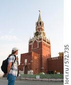 Купить «Человек смотрит на куранты», фото № 572735, снято 21 августа 2007 г. (c) Туркин Вадим / Фотобанк Лори