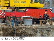 Рабочий скучает на скамеечке (2008 год). Редакционное фото, фотограф Alexander Mirt / Фотобанк Лори