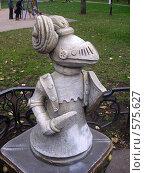 Купить «Скульптура шахматной фигуры в Пресненском парке, Москва», фото № 575627, снято 4 ноября 2008 г. (c) Камбулина Татьяна / Фотобанк Лори