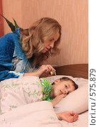 Купить «Женщина капает ребенку капли в ухо», фото № 575879, снято 21 ноября 2008 г. (c) Анна Игонина / Фотобанк Лори