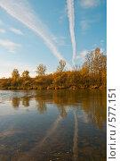 Два инверсионных следа с отражением на поверхности лесной речки. Стоковое фото, фотограф Виктор Уткин / Фотобанк Лори