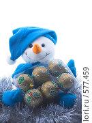 Купить «Веселый плюшевый снеговик с набором елочных шаров», эксклюзивное фото № 577459, снято 24 января 2006 г. (c) Сайганов Александр / Фотобанк Лори