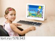 Купить «Маленькая девочка рисует в графическом редакторе», фото № 578943, снято 26 октября 2008 г. (c) Вадим Пономаренко / Фотобанк Лори