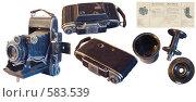 """Старый фотоаппарат """"Москва 2"""" 1952 г., руководство к нему, бачок для пленки 6х9. Изолировано. Стоковое фото, фотограф Владимир Чинин / Фотобанк Лори"""