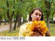 Купить «Портрет девушки с кленовыми листьями», фото № 585995, снято 1 октября 2008 г. (c) Мирослава Безман / Фотобанк Лори