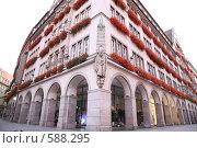 Купить «Здание, украшенное цветами. Мюнхен, Германия», фото № 588295, снято 27 мая 2019 г. (c) Losevsky Pavel / Фотобанк Лори