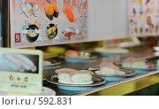 Купить «Суши с креветками на транспортерной ленте, суши-бар в Японии», фото № 592831, снято 26 ноября 2008 г. (c) Алексей Еманов / Фотобанк Лори
