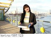 Купить «Девушка с папкой для документов, стоящая на мосту через Москву-реку», фото № 597123, снято 15 ноября 2008 г. (c) Дмитрий Яковлев / Фотобанк Лори