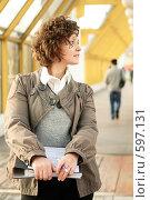 Купить «Молодая девушка, держащая в руках папку с документами», фото № 597131, снято 15 ноября 2008 г. (c) Дмитрий Яковлев / Фотобанк Лори