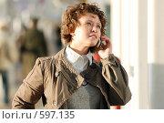 Купить «Молодая девушка с мобильным телефоном в руках», фото № 597135, снято 15 ноября 2008 г. (c) Дмитрий Яковлев / Фотобанк Лори