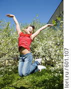 Купить «Девочка прыгает в саду на фоне цветущих яблонь», фото № 601107, снято 3 мая 2008 г. (c) Ирина Игумнова / Фотобанк Лори