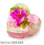 Купить «Коробка в форме сердца с цветком», фото № 603643, снято 17 июня 2008 г. (c) Майя Крученкова / Фотобанк Лори