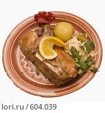 Купить «Утка, запеченная с яблоками, на белом фоне», фото № 604039, снято 25 ноября 2008 г. (c) Эдуард Межерицкий / Фотобанк Лори