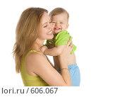 Купить «Счастливая мама с маленьким ребенком на руках», фото № 606067, снято 30 ноября 2008 г. (c) Вадим Пономаренко / Фотобанк Лори