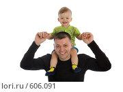 Купить «Счастливый папа с маленьким ребенком на плечах», фото № 606091, снято 30 ноября 2008 г. (c) Вадим Пономаренко / Фотобанк Лори