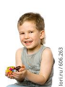 Купить «Мальчик с конфетами в руках», фото № 606263, снято 6 декабря 2008 г. (c) Юлия Кузнецова / Фотобанк Лори