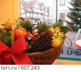Улица в немецком городе Селле, вид из окна, рождественская корзинка на переднем плане (2008 год). Стоковое фото, фотограф Anna Marklund / Фотобанк Лори