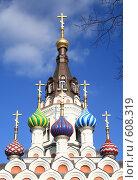 Купить «Купола церкви на фоне голубого неба», фото № 608319, снято 4 ноября 2008 г. (c) Игорь Романов / Фотобанк Лори