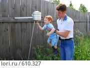 Купить «Папа помогает сыну помыть руки», фото № 610327, снято 21 июня 2008 г. (c) Наталья Груздева / Фотобанк Лори