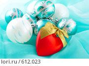 Купить «Рождественские украшения, красное сердечко на переднем плане», фото № 612023, снято 5 декабря 2008 г. (c) Ольга Красавина / Фотобанк Лори