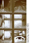 Разбитое окно в старом туалете. Стоковое фото, фотограф Алексей Падерин / Фотобанк Лори