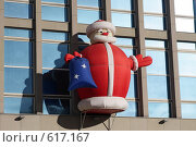 """Купить «Надувной """"Дед Мороз"""" на фасаде здания с окнами», фото № 617167, снято 14 декабря 2008 г. (c) Андрей Ижаковский / Фотобанк Лори"""