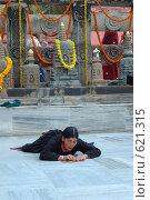 Тибетская женщина, делающая простирания возле храма Махабодхи (2007 год). Редакционное фото, фотограф крижевская юлия валерьевна / Фотобанк Лори