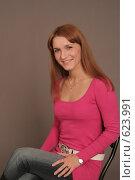 Купить «Портрет девушки, сидящей на стуле», фото № 623991, снято 1 декабря 2008 г. (c) Абакумова Евгения / Фотобанк Лори