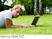 Купить «Мужчина работает за ноутбуком», фото № 624127, снято 22 мая 2018 г. (c) Ольга С. / Фотобанк Лори