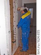Купить «Ремонт. Замер дверного проема», фото № 624655, снято 18 декабря 2008 г. (c) Светлана Силецкая / Фотобанк Лори