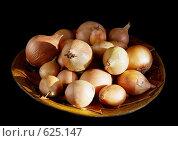 Репчатый лук на деревянной тарелке. Стоковое фото, фотограф vlntn / Фотобанк Лори