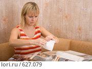 Девушка разрывает фотографию на части. Стоковое фото, фотограф Вячеслав Осокин / Фотобанк Лори