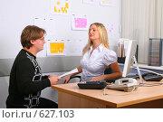 Подчинённый принес документы на подпись молодой начальнице, фото № 627103, снято 20 декабря 2008 г. (c) Сергей Лаврентьев / Фотобанк Лори
