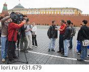 Финал Лиги чемпионов в Москве. Английский журналист берет интервью (2008 год). Редакционное фото, фотограф Алексей Бок / Фотобанк Лори